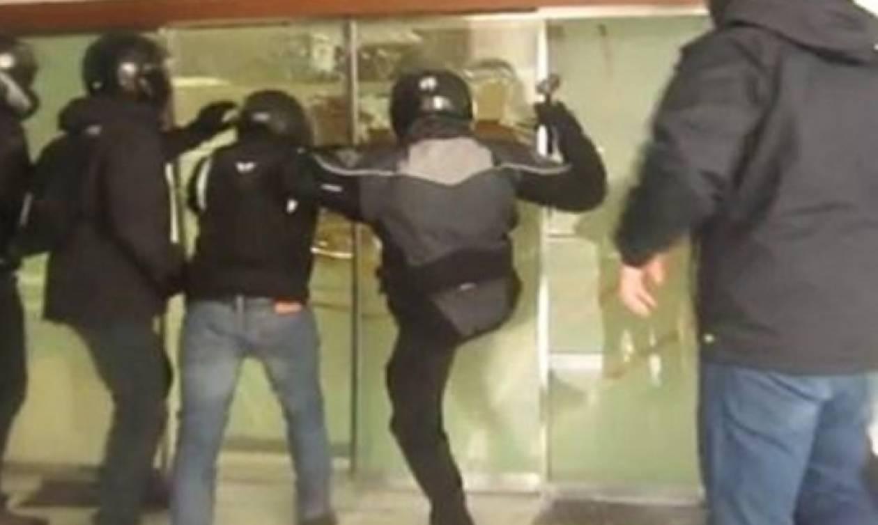 Αυτό είναι το βίντεο της επίθεσης των μελών του Ρουβίκωνα στα διόδια του Κιάτου