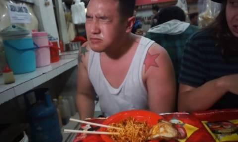 Απίστευτο: Έφαγε τα πιο καυτερά noodles του κόσμου και κουφάθηκε! (vid)