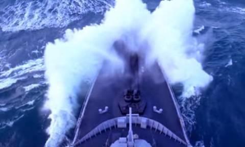 Πολεμικό πλοίο δίνει απίστευτη μάχη με πελώρια κύματα μέσα σε τρικυμία