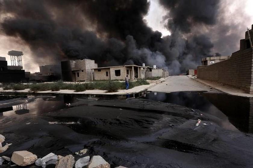 Εικόνες Αποκάλυψης στο Ιράκ: : Εκρήξεις, ποτάμια πετρελαίου και φλεγόμενοι δρόμοι (videos+photos)