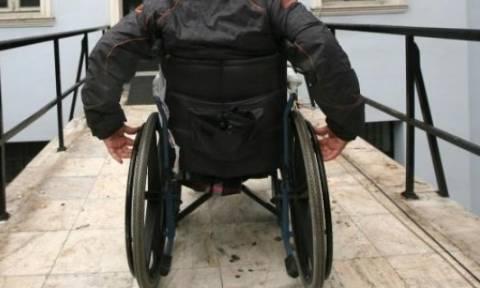 Σοκ:Δεν άφησαν ανάπηρο παιδί να μπει σε τράπεζα
