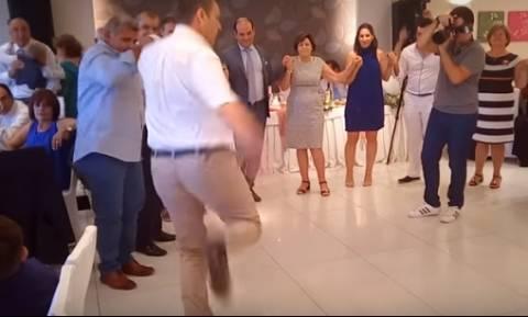 Όταν ο Απόστολος Γκλέτσος επισκίασε τον γαμπρό και τη νύφη με το τσάμικό του (video)