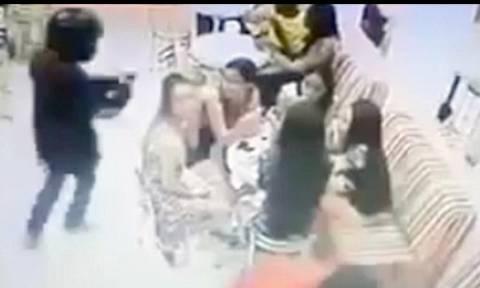 Βίντεο-σοκ: Τον εκτελεί εξ επαφής μέσα σε εστιατόριο