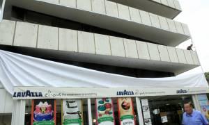 Ξηλώνουν γιγαντοαφίσες του «Ε» - Δείτε το λόγο (photos)