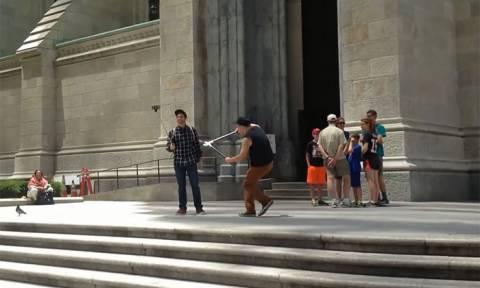 «Ήρωας ή κακοποιός;» Ο «τρομοκράτης» που κλαδεύει τα selfie sticks των τουριστών (Vid)