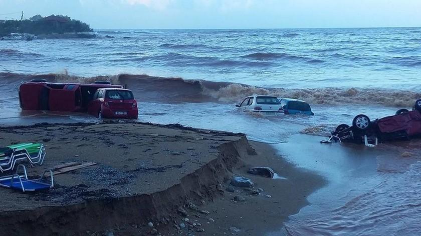 ΣΟΚ: Τρεις νεκροί από τη φονική κακοκαιρία που σαρώνει τη χώρα - Αγνοείται οδηγός