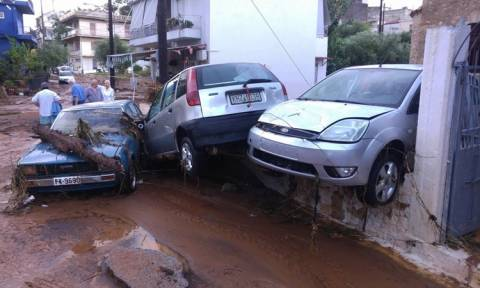 ΣΟΚ: Τρεις νεκροί από τη φονική κακοκαιρία που σαρώνει τη χώρα - Αγνοείται οδηγός (pics&vids)