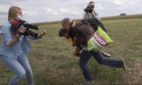 Ουγγαρία: Στα «μαλακά» η εικονολήπτρια που κλώτσησε μετανάστες