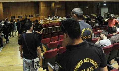 Ανατριχιαστικές μαρτυρίες στη δίκη της ΧΑ – «Ήρθαν να με σφάξουν»
