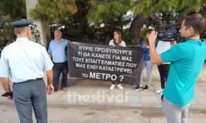 ΔΕΘ 2016: Με πανό διαμαρτυρίας για τα έργα του Μετρό υποδέχθηκε ένας πολύτεκνος τον Τσίπρα