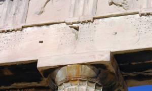 Γνωρίζετε γιατί είναι γεμάτο τρύπες το επιστύλιο του Παρθενώνα; (Photo)