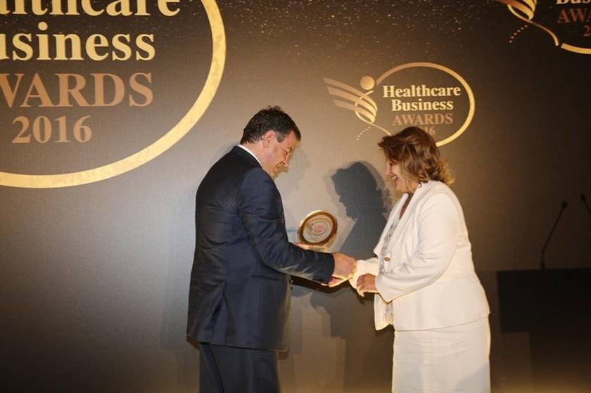 Η διευθύντρια Ποιότητας της ΒΙΑΝΕΞ Α.Ε, κυρία Γεωργία Βέρδη, παραλαμβάνει το τρίτο βραβείο