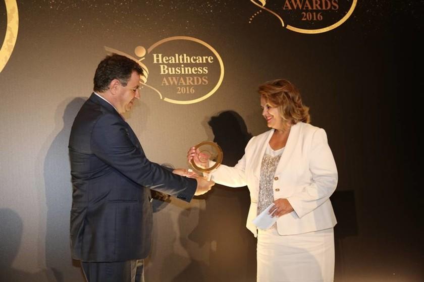 Η διευθύντρια Ποιότητας της ΒΙΑΝΕΞ Α.Ε, κυρία Γεωργία Βέρδη, παραλαμβάνει το πρώτο βραβείο