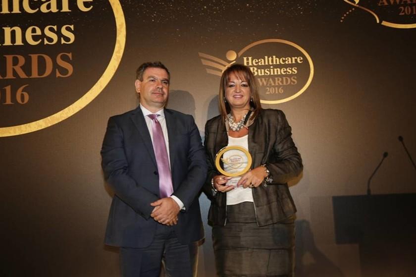 Η κυρία Λεμονιά Ξενιτού, διευθύντρια Εξαγωγών της ΒΙΑΝΕΞ Α.Ε., παραλαμβάνει το δεύτερο βραβείο