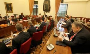 Τηλεοπτικές άδειες: Σφοδρή αντιπαράθεση στη Βουλή για τους καναλάρχες και τα «πόθεν έσχες» τους