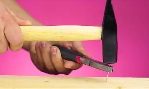 Απίστευτα κόλπα για να μην... καρφώνετε τα δάκτυλά σας με το σφυρί (Video)