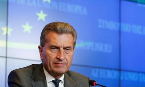 Έτινγκερ: Πρέπει να ενισχύσουμε ακόμα περισσότερο την Ελλάδα