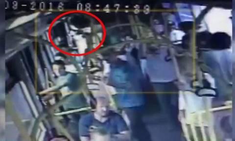 Σοκ! Κλώτσησαν γυναίκα σε λεωφορείο στην Κωνσταντινούπολη, επειδή φορούσε σορτς (video)