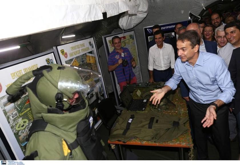 Όταν ο Μητσοτάκης συνάντησε... εξωγήινο! (δείτε photo)