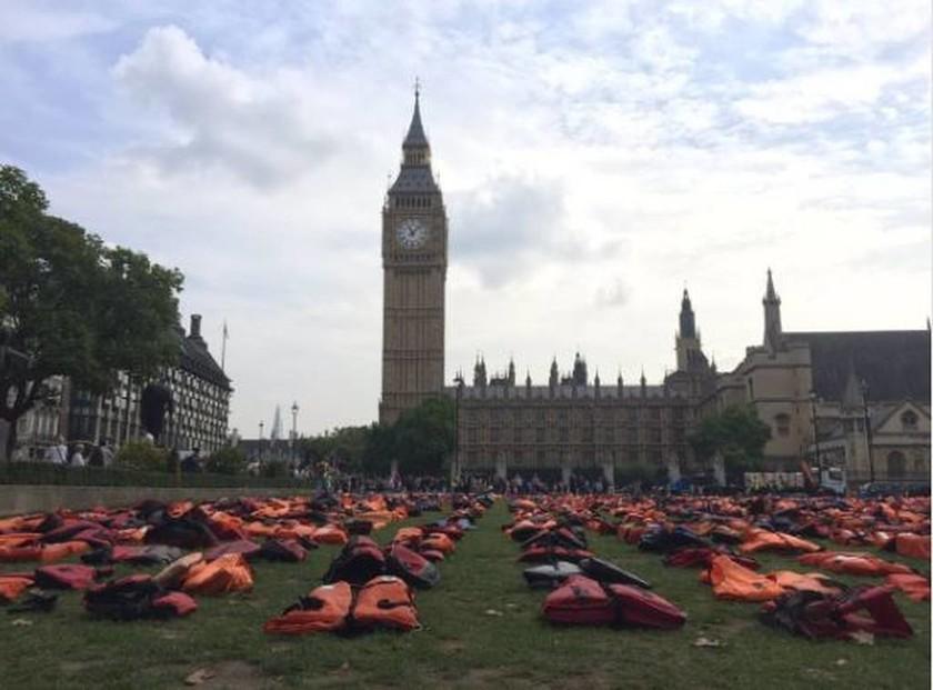 Χιλιάδες σωσίβια προσφύγων έξω από το βρετανικό κοινοβούλιο! (pics)