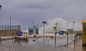 Κακοκαιρία: Τουρίστας τραυματίστηκε σοβαρά στο λιμάνι της Αιδηψού
