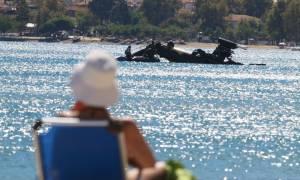 Πτώση ελικοπτέρου: Δείτε το μισοβυθισμένο Απάτσι στα νερά της Χαλκιδικής (vid)