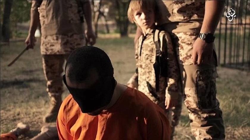 Νέο βίντεο-φρίκη: Ένας ξανθός «άγγελος» εκτελεί αιχμαλώτους του ISIS (Pics + Vid)