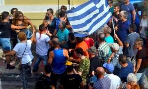 Φωτογραφία ντοκουμέντο - Μέλη της Χρυσής Αυγής επιτέθηκαν σε ομάδα γυναικών στη Μυτιλήνη! (pic)