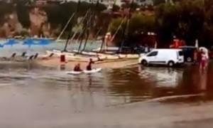 Δεν πάει ο νους σας: Δείτε τι κάνουν τουρίστες στους πλημμυρισμένους δρόμους της Κρήτης (video)