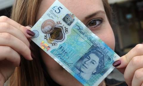 Δείτε τι απίστευτο κάνουν οι Βρετανοί με το πρώτο πλαστικό χαρτονόμισμα που πιάνουν στα χέρια τους!