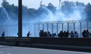 Γαλλία: Νέες συγκρούσεις μεταξύ αστυνομίας και μεταναστών στο Καλαί (pics+vids)