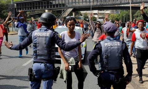 Ν. Αφρική: Συγκρούσεις μεταξύ φοιτητών και αστυνομικών με αφορμή την αύξηση των διδάκτρων (pics)