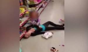 Σκληρές εικόνες! Μητέρα πεθαίνει από υπερβολική δόση σε σούπερ μάρκετ μπροστά στο παιδί της! (videο)