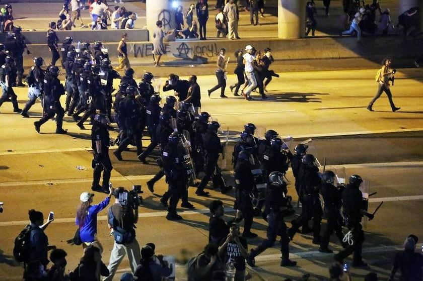 ΗΠΑ: Τρίτη νύχτα χάους στο Σάρλοτ - Επιβλήθηκε  απαγόρευση κυκλοφορίας (Pics+Vid)
