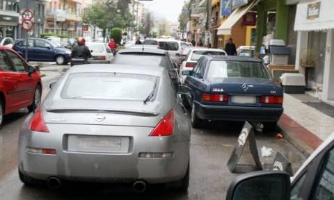 Γιατί μπαίνει «φρένο» στην αφαίρεση πινακίδων για τα διπλοπαρκαρισμένα της Θεσσαλονίκης;