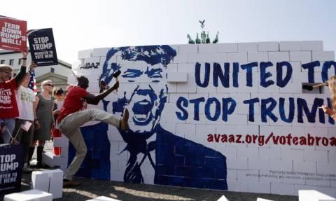 Γερμανία: Ακτιβιστές κατά της υποψηφιότητας Τραμπ γκρέμισαν... ένα τείχος από χαρτόνι