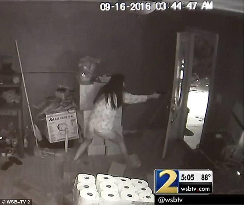 Συγκλονιστικό βίντεο: Superwoman τα βάζει με ληστές που εισέβαλαν σπίτι της και σκοτώνει τον έναν!