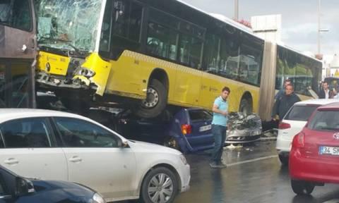 Πανικός στο λεωφορείο: Χτύπησε τον οδηγό με ομπρέλα και προκάλεσε απίστευτο ατύχημα (video)