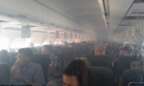Πανικός στον αέρα: Κινητό άρχισε να βγάζει καπνούς και σπίθες κατά τη διάρκεια της πτήσης