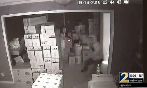 ΠΡΟΣΟΧΗ! ΣΚΛΗΡΕΣ ΕΙΚΟΝΕΣ: Γυναίκα πυροβολεί εξ επαφής τρεις ένοπλους διαρρήκτες