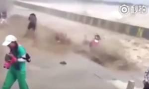 Τρόμος στην Κίνα – Τεράστιο παλιρροϊκό κύμα καταπίνει δεκάδες ανθρώπους