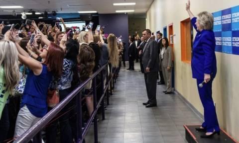 ΗΠΑ: Η νέα γενιά γύρισε την πλάτη στη Χίλαρι σε προεκλογική συγκέντρωση! (pic)