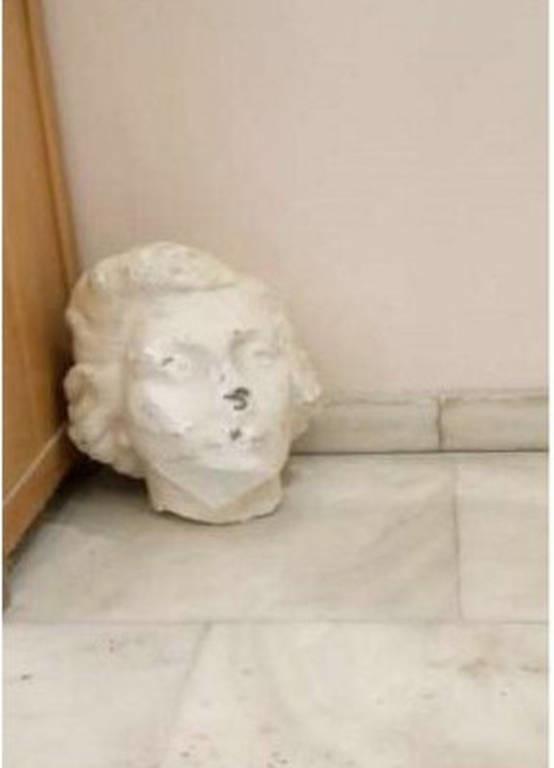 Αποκεφάλισαν την προτομή της Λέλας Καραγιάννη στο κέντρο της Αθήνας!