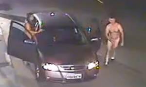 Πιο ασυγκράτητοι δεν γίνεται: Βγήκαν από το αυτοκίνητο και άρχισαν να κάνουν σεξ στο δρόμο (vid)