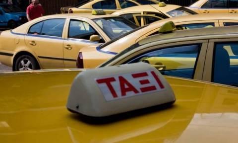 Χειροπέδες σε οδηγούς ταξί για «πειραγμένα» ταξίμετρα και πλαστά χαρτονομίσματα