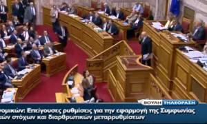 «Καφενείο» η Βουλή: Βουλευτής ανέβηκε στο βήμα μιλώντας στο κινητό (vid)