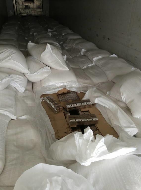 Μεγάλη ποσότητα λαθραίων τσιγάρων βρέθηκε στο λιμάνι της Πάτρας (pics)