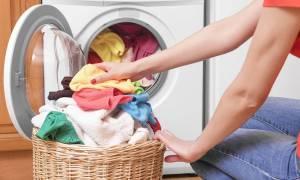 Το πλύσιμο των συνθετικών ρούχων στο πλυντήριο ρυπαίνει το περιβάλλον