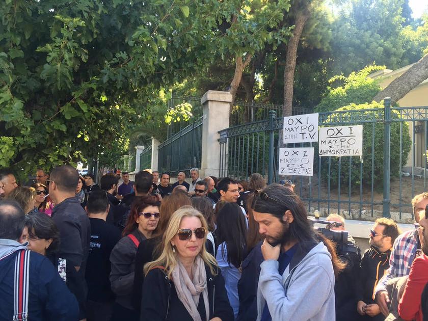 Διαμαρτυρία εργαζομένων του Mega και μελών της ΕΤΙΤΑ έξω από τη Βουλή (Pics)