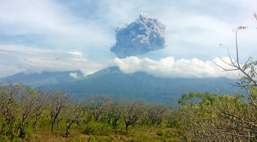 ΈΚΤΑΚΤΟ - Ινδονησία: Αγνοούνται 389 τουρίστες που επισκέπτονταν ηφαίστειο τη στιγμή που εξερράγη